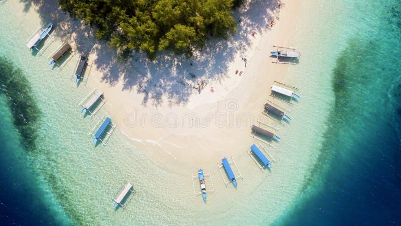 Όμορφη παραλία Gili Rengit με τα αλιευτικά σκάφη στοκ φωτογραφία
