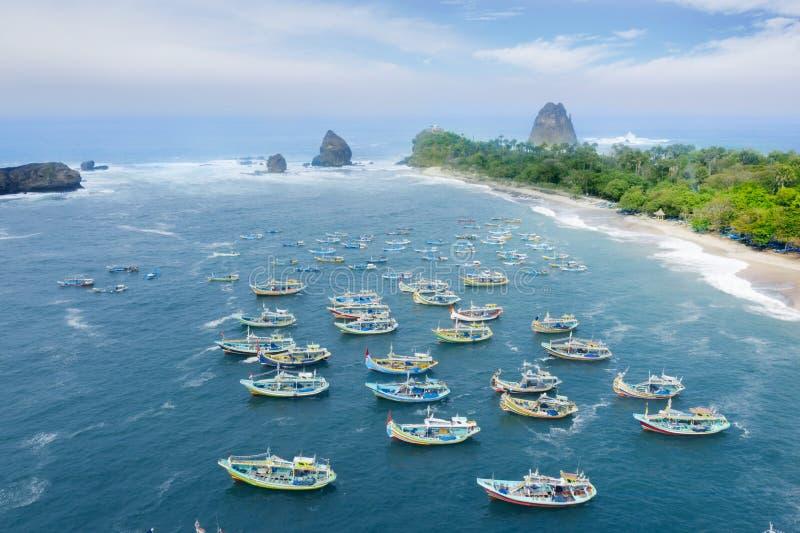 Όμορφη παραλία Papuma με τις παραδοσιακές βάρκες στοκ εικόνα