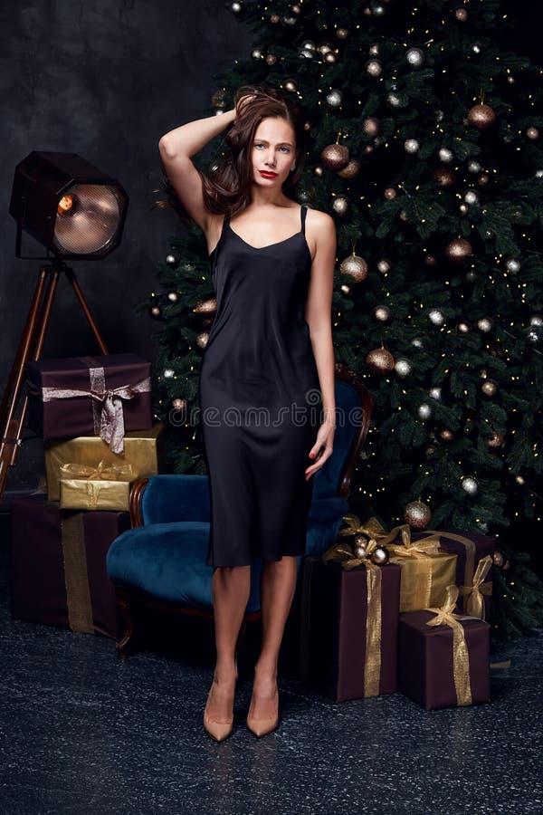 Όμορφη όμορφη παραμονή Χαρούμενα Χριστούγεννας φορεμάτων μόδας ένδυσης ύφους κομμάτων διακοπών γυναικείου εορτασμού και κιβώτιο δ στοκ εικόνες