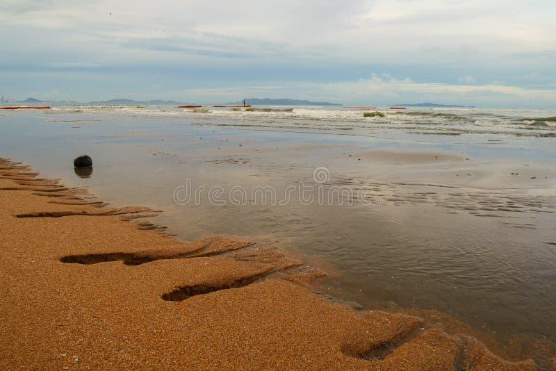 Όμορφη παραλία και νεφελώδης ουρανός στοκ εικόνα