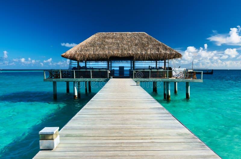 Όμορφη παραλία με το λιμενοβραχίονα στοκ φωτογραφίες