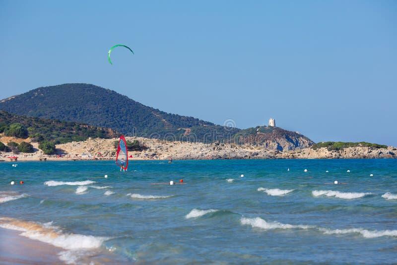 Όμορφη παραλία με το kitesurfer στη Σαρδηνία στοκ εικόνα