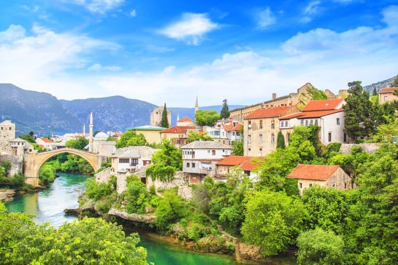Όμορφη παλαιά γέφυρα άποψης στο Μοστάρ στον ποταμό Neretva, Βοσνία-Ερζεγοβίνη στοκ εικόνα