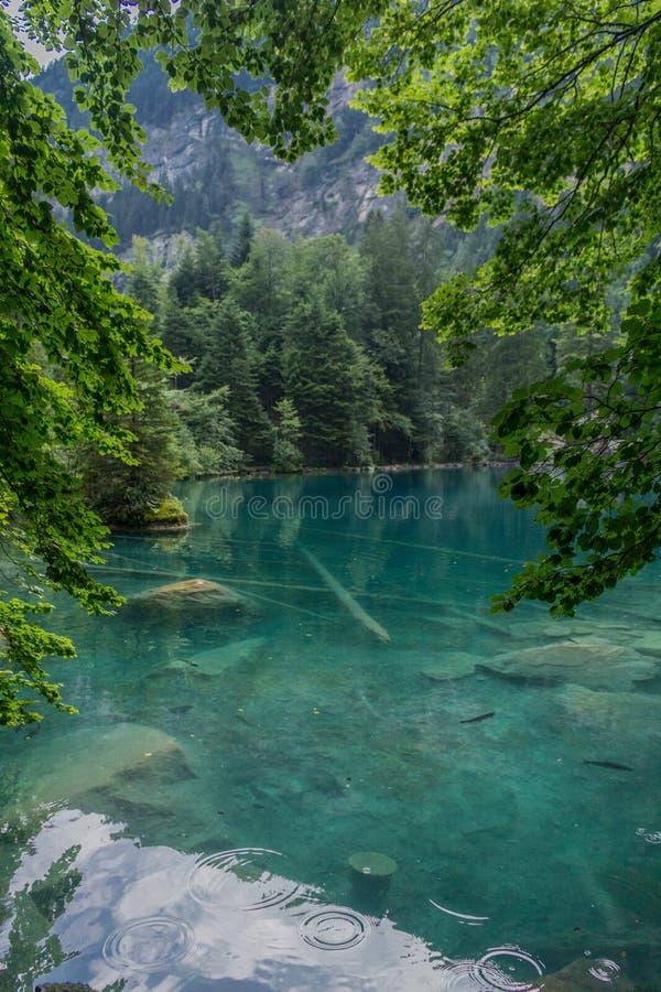 Όμορφη περιήγηση εξερεύνησης στα βουνά στην Ελβετία - Blausee/Ελβετία στοκ εικόνες