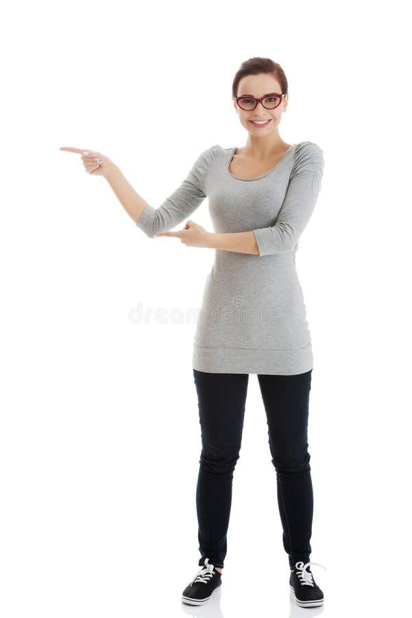 Όμορφη περιστασιακή γυναίκα eyeglasses που δείχνει κατά μέρος. στοκ εικόνες