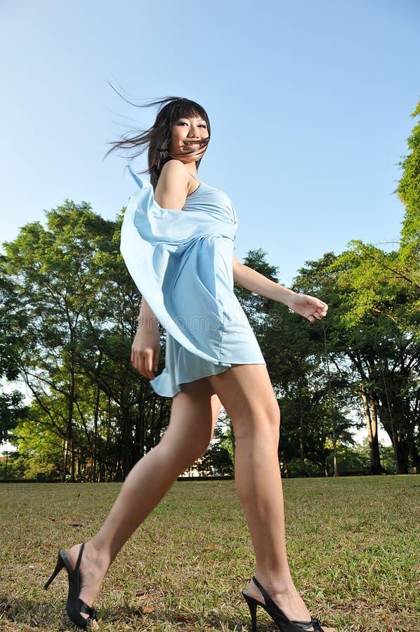 όμορφη περπατώντας γυναίκ&alph στοκ φωτογραφία με δικαίωμα ελεύθερης χρήσης