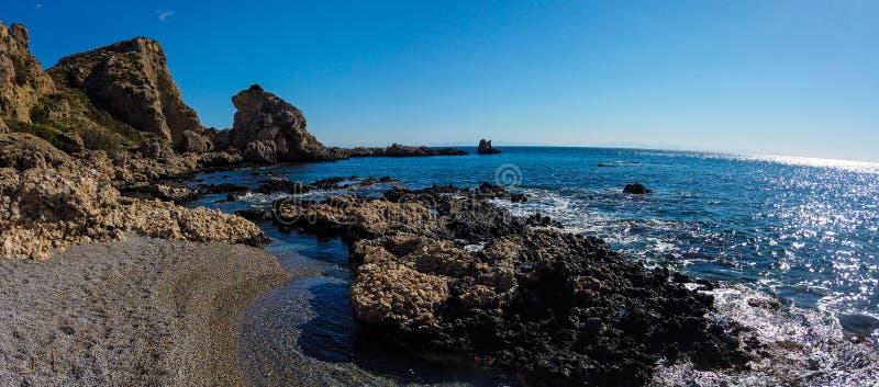 Όμορφη πετρώδης ακτή της Μεσογείου στην Ελλάδα στην ηλιόλουστη ημέρα Ευρυγώνιος φακός στοκ φωτογραφίες