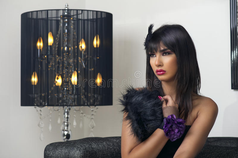 Όμορφη πολυτελής συνεδρίαση & sensually τοποθέτηση γυναικών στοκ εικόνες