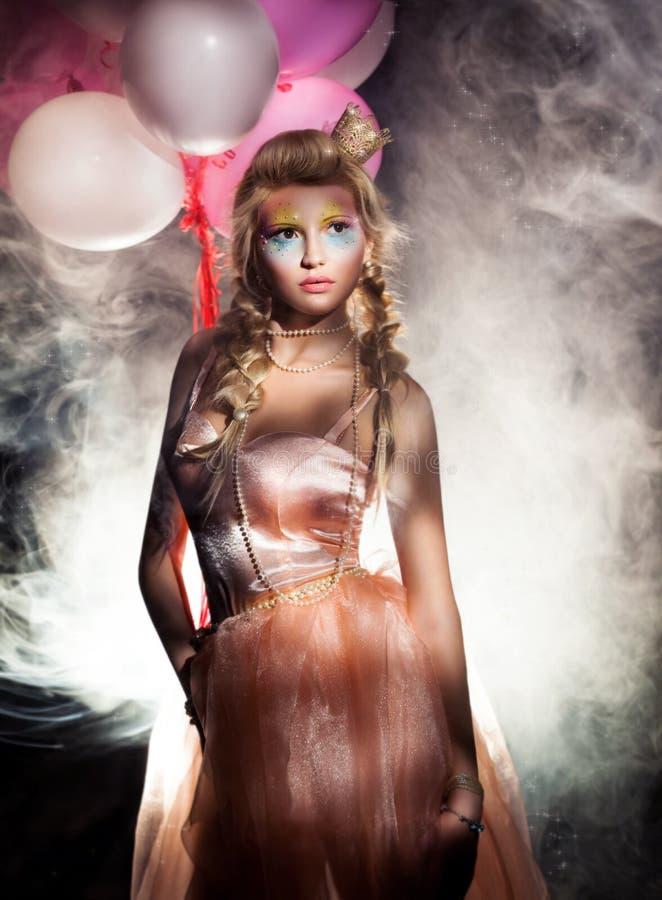 Όμορφη πριγκήπισσα στο ρόδινο φόρεμα με τη χρυσή κορώνα. Ελαφριά ομίχλη στοκ εικόνες με δικαίωμα ελεύθερης χρήσης