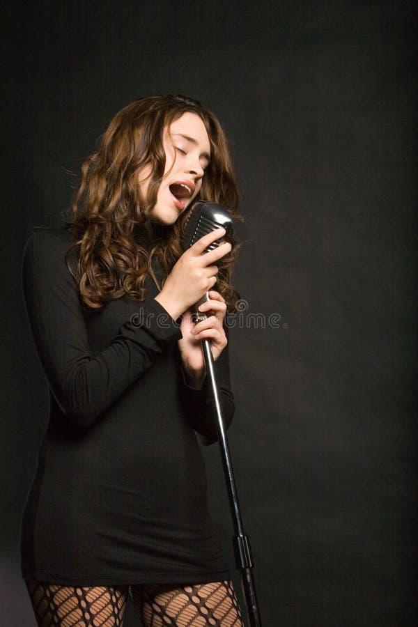 όμορφη προκλητική τραγουδώντας γυναίκα στοκ εικόνες