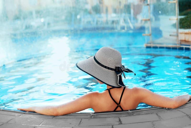 Όμορφη προκλητική χαλάρωση γυναικών στο νερό πισινών Κορίτσι με το υγιές μαυρισμένο δέρμα, πανέμορφο πρόσωπο, μόδα Makeup στοκ φωτογραφία με δικαίωμα ελεύθερης χρήσης