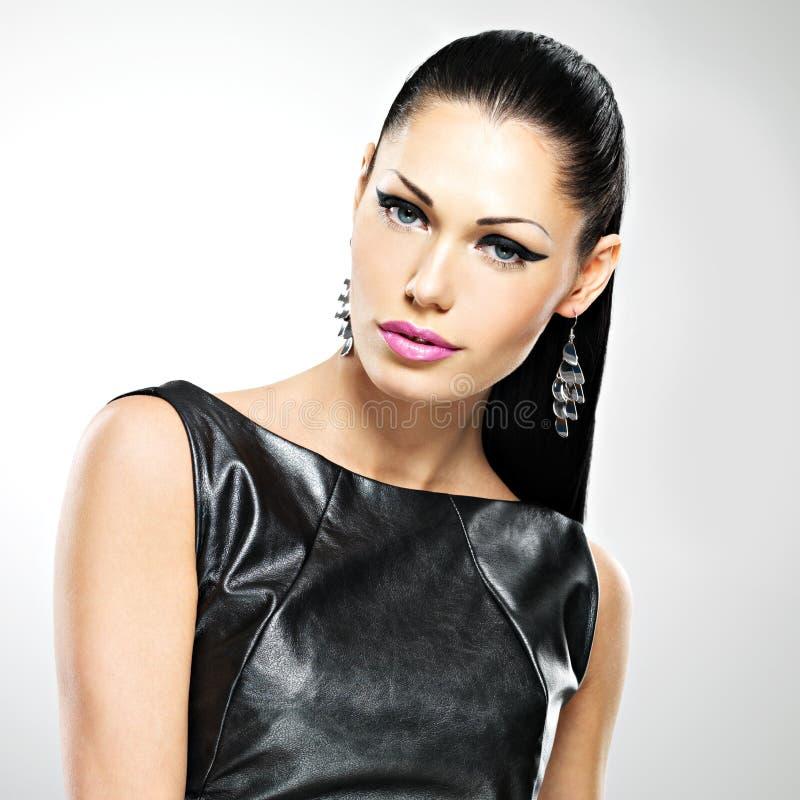 Όμορφη προκλητική γυναίκα με τη μόδα γοητείας makeup των ματιών και gl στοκ εικόνες