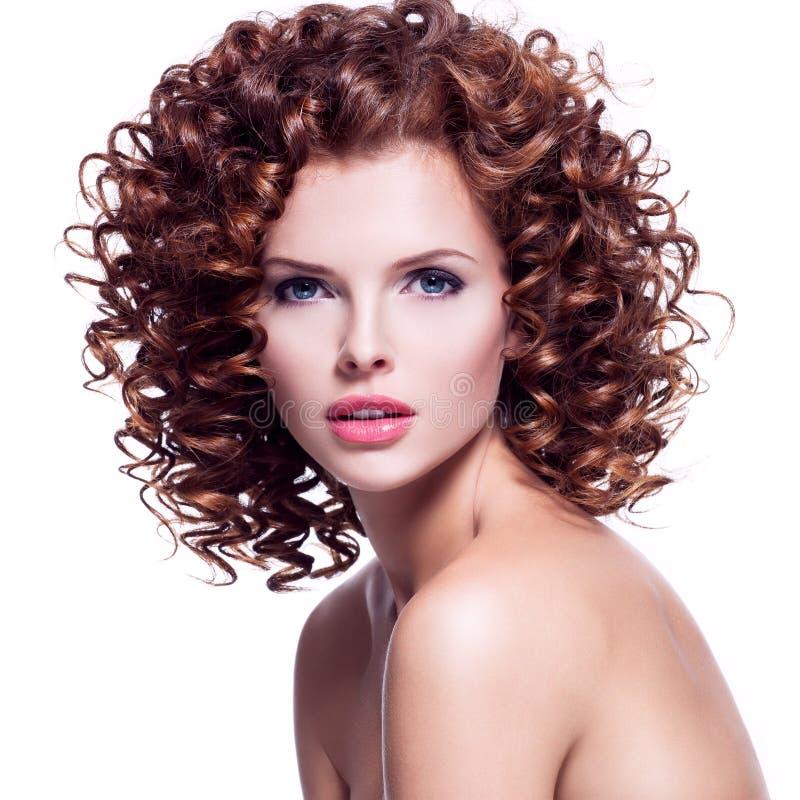 Όμορφη προκλητική γυναίκα με τη σγουρή τρίχα brunette στοκ εικόνες με δικαίωμα ελεύθερης χρήσης