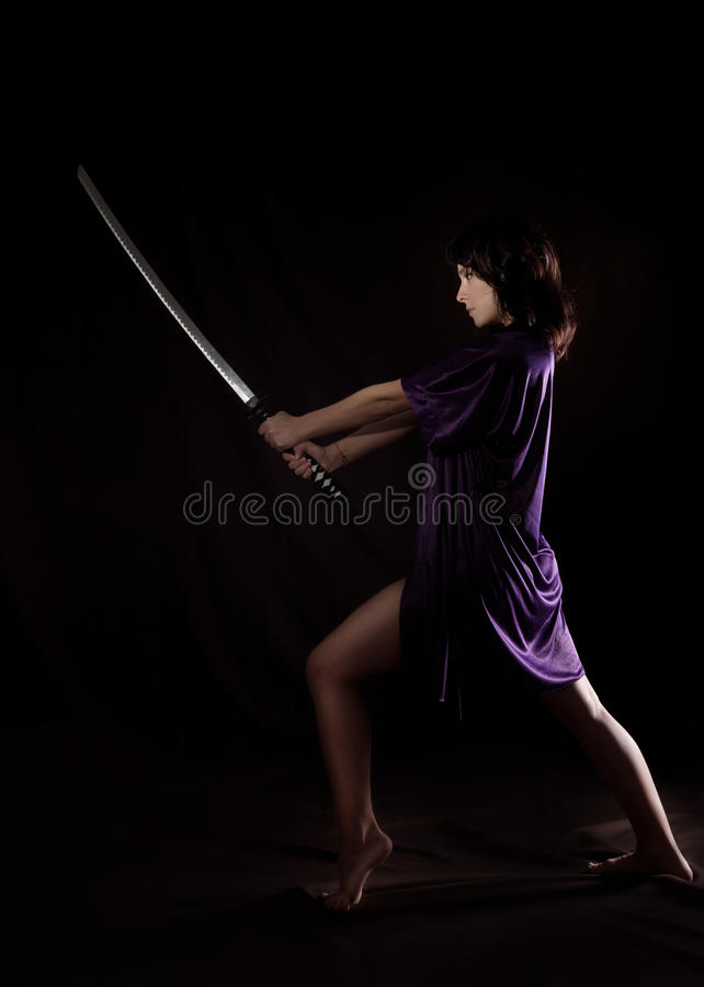 Όμορφη προκλητική γυναίκα με το ξίφος Σαμουράι Προκλητική γυναίκα με το katana στοκ εικόνες