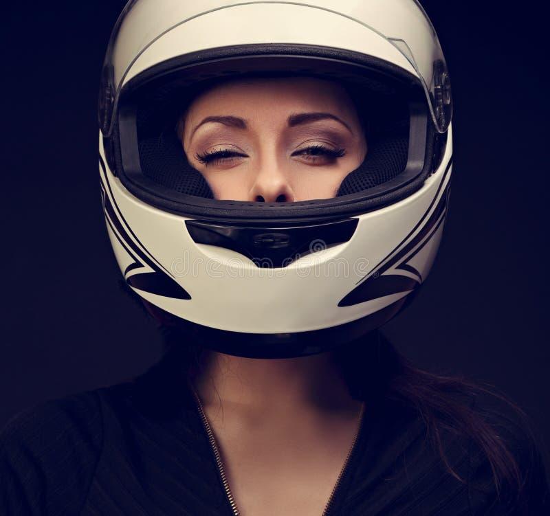 Όμορφη προκλητική γυναίκα makeup που κοιτάζει στο άσπρο κράνος ο μοτοσικλετών στοκ εικόνες