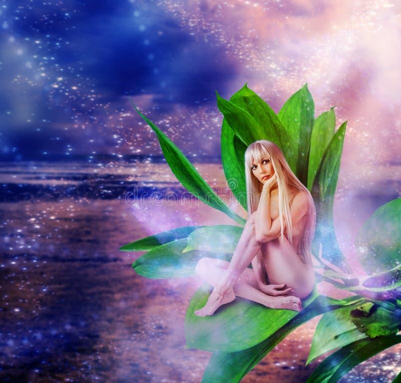 Όμορφη προκλητική γυναίκα pixie στα φύλλα στοκ εικόνα