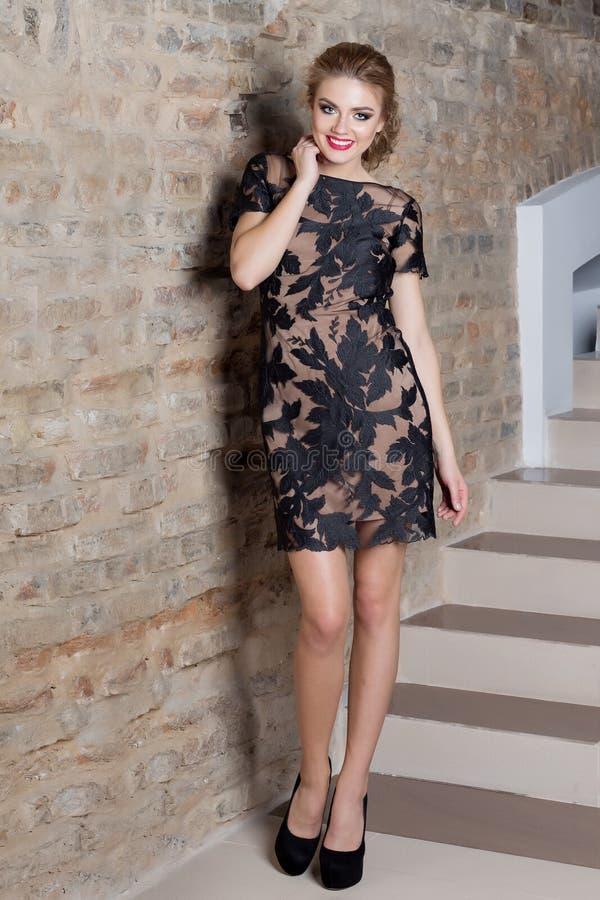 Όμορφη προκλητική κομψή γυναίκα με το φωτεινό makeup σε ένα φόρεμα βραδιού για το γεγονός, το νέο έτος, βλαστός μόδας για έναν ιμ στοκ φωτογραφίες