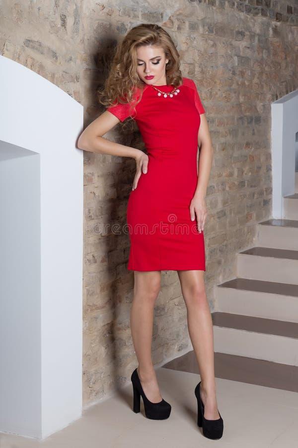 Όμορφη προκλητική κομψή γυναίκα με το φωτεινό makeup σε ένα φόρεμα βραδιού για το γεγονός, το νέο έτος, βλαστός μόδας για έναν ιμ στοκ εικόνες με δικαίωμα ελεύθερης χρήσης