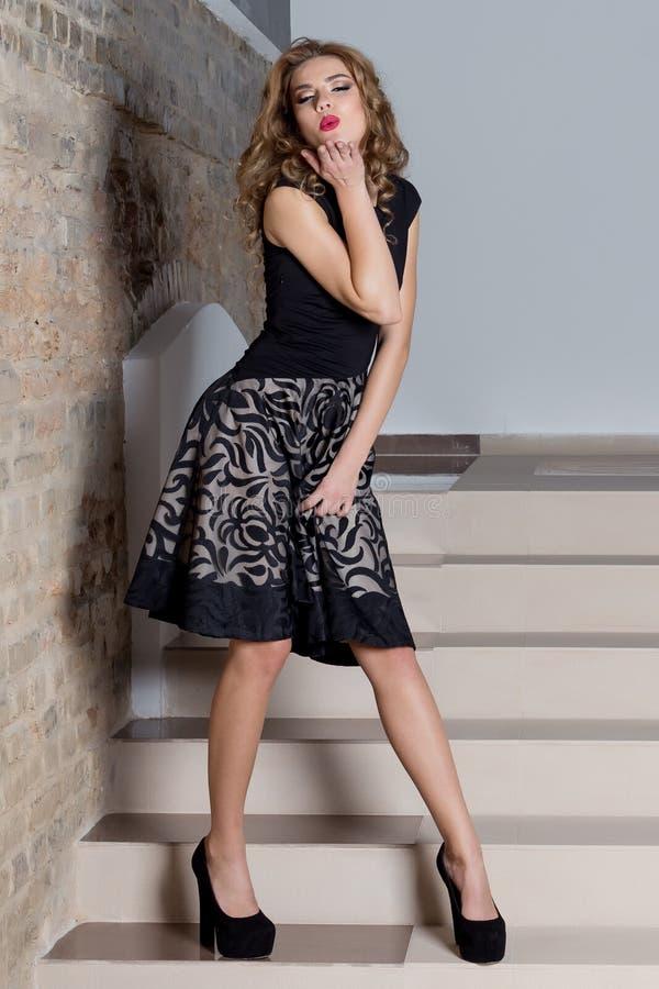 Όμορφη προκλητική κομψή γυναίκα με το φωτεινό makeup σε ένα φόρεμα βραδιού για το γεγονός, το νέο έτος, βλαστός μόδας για ένα ασβ στοκ φωτογραφίες