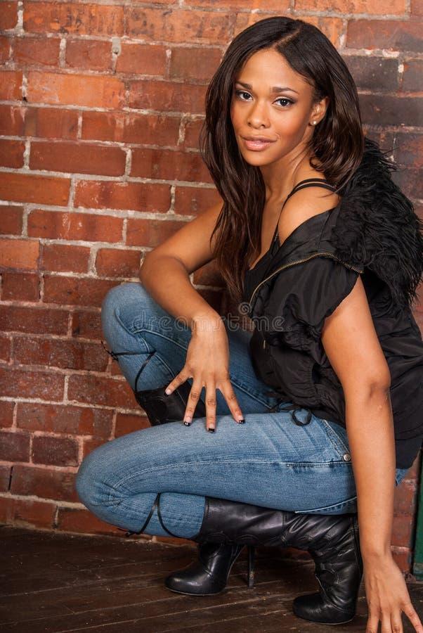 Όμορφη προκλητική μαύρη γυναίκα αφροαμερικάνων που φορά τον περιστασιακό Μαύρο στοκ φωτογραφία