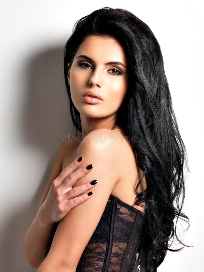 Όμορφη προκλητική νέα γυναίκα brunette με μακρυμάλλη στοκ εικόνα με δικαίωμα ελεύθερης χρήσης
