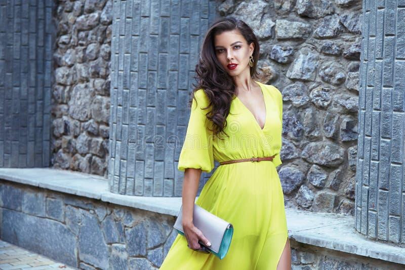 Όμορφη προκλητική οδός κομμάτων φορεμάτων μεταξιού περιπάτων γυναικών brunette στοκ εικόνα με δικαίωμα ελεύθερης χρήσης