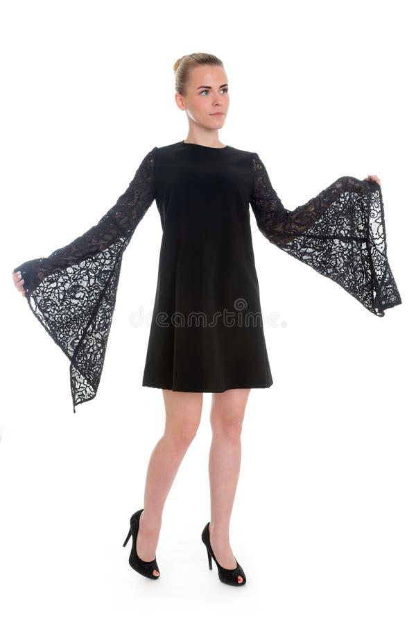 Όμορφη πρότυπη τοποθέτηση γυναικών στο κομψό φόρεμα στο στούντιο στοκ εικόνα με δικαίωμα ελεύθερης χρήσης