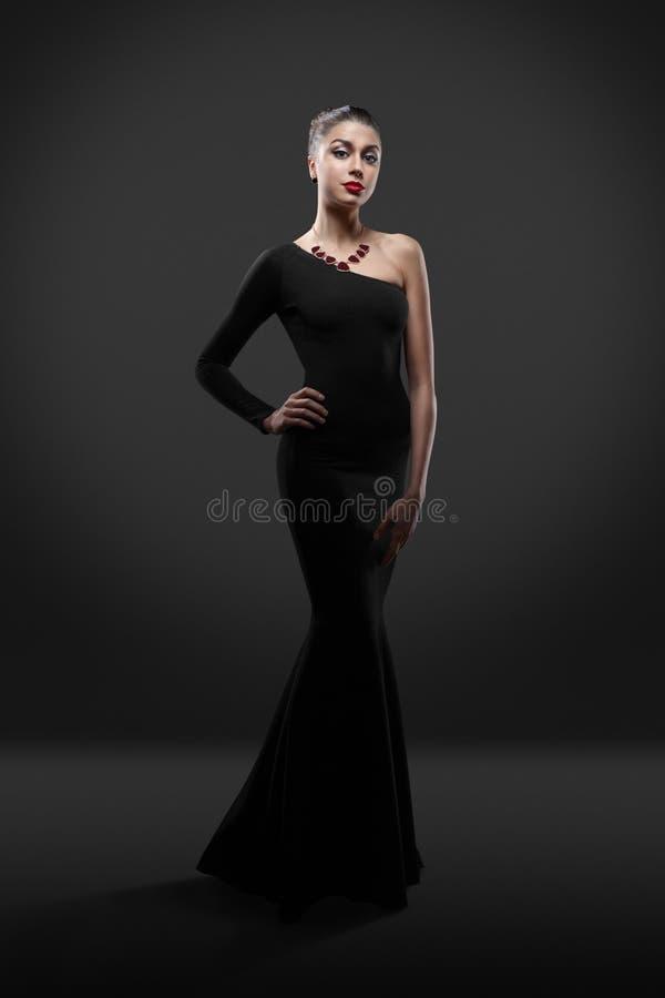Όμορφη πρότυπη τοποθέτηση γυναικών στο κομψό φόρεμα στο στούντιο στοκ φωτογραφία με δικαίωμα ελεύθερης χρήσης
