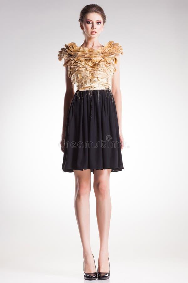 Όμορφη πρότυπη τοποθέτηση γυναικών στο κομψό φόρεμα στοκ φωτογραφία