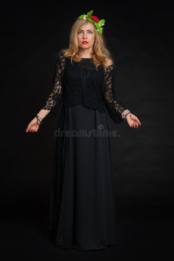 Όμορφη πρότυπη τοποθέτηση γυναικών στο κομψό φόρεμα στοκ εικόνα με δικαίωμα ελεύθερης χρήσης