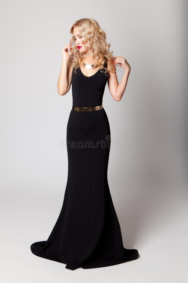 Όμορφη πρότυπη τοποθέτηση γυναικών στο κομψό φόρεμα στοκ εικόνες