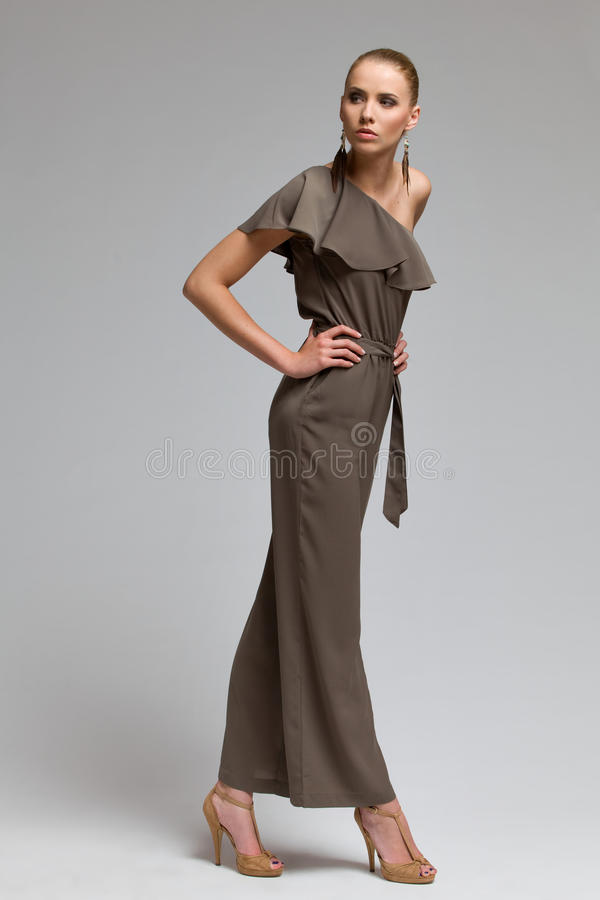 Όμορφη πρότυπη τοποθέτηση μόδας στα υψηλά τακούνια. στοκ εικόνα