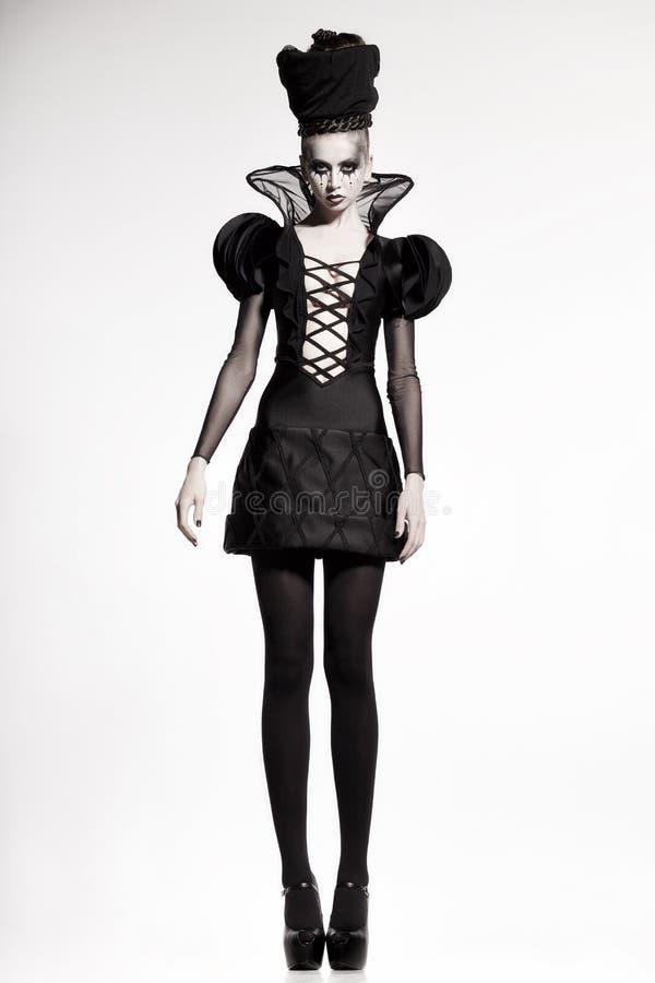 Όμορφη πρότυπη τοποθέτηση ως βασίλισσα σκακιού - βλαστός μόδας στοκ εικόνα