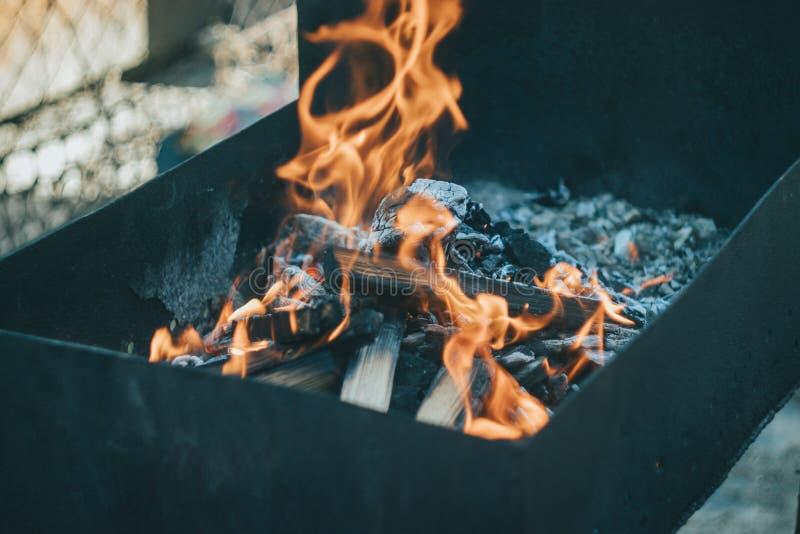 Όμορφη πυρκαγιά στη σχάρα στοκ φωτογραφίες