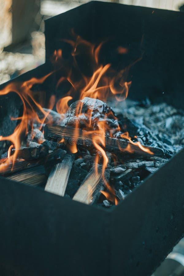 Όμορφη πυρκαγιά στη σχάρα στοκ εικόνα