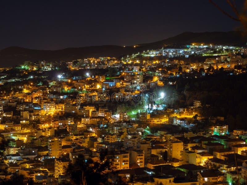 Όμορφη πόλη της Καβάλας τη νύχτα - αγνοήστε τον πυροβολισμό στοκ φωτογραφίες