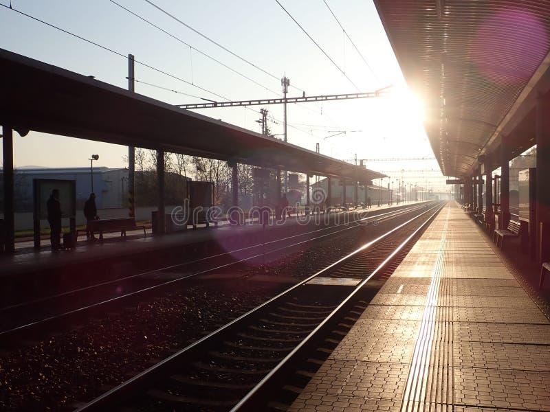 Όμορφη ρομαντική ανατολή σε έναν σταθμό τρένου στοκ φωτογραφία