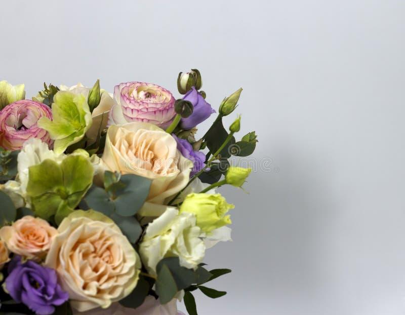 Όμορφη ρύθμιση λουλουδιών στο άσπρο floral υπόβαθρο υποβάθρου στοκ εικόνες