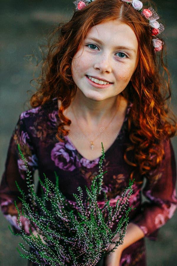Όμορφη σγουρή ανθίζοντας ερείκη εκμετάλλευσης κοριτσιών στοκ εικόνες με δικαίωμα ελεύθερης χρήσης