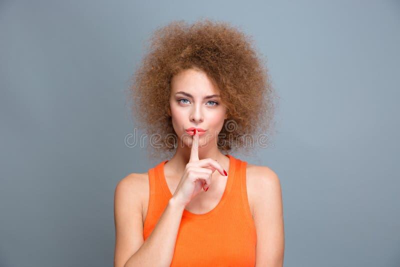 Download Όμορφη σγουρή γυναίκα που παρουσιάζει σημάδι σιωπής Στοκ Εικόνα - εικόνα από βέβαιος, κεφάλι: 62724229