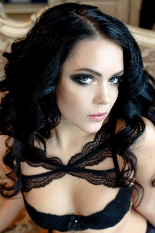 όμορφη σγουρή γυναίκα τριχώματος στοκ φωτογραφία