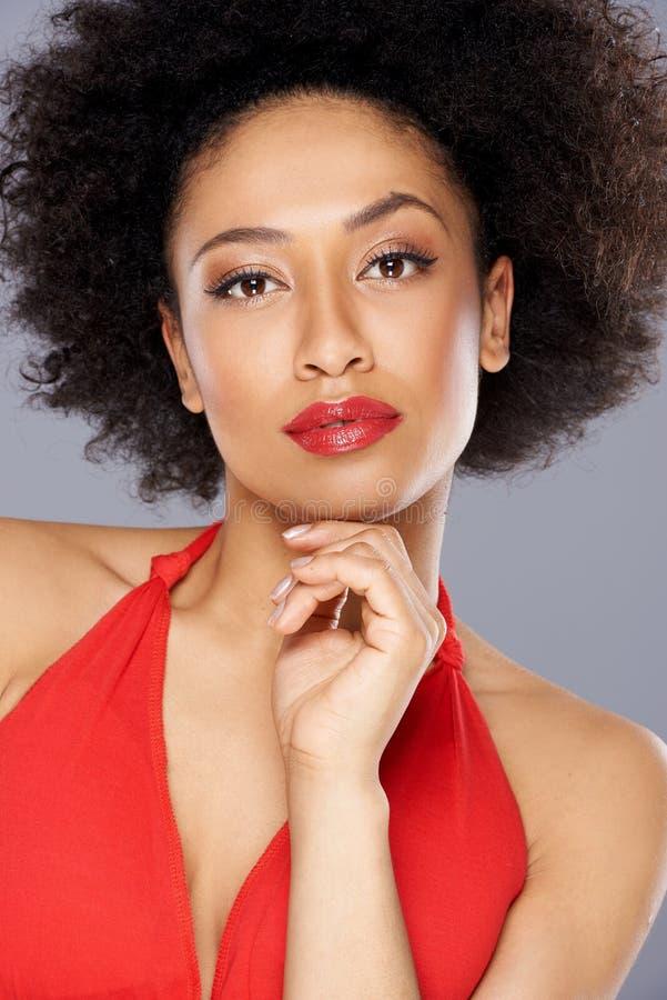 Όμορφη σκεπτική γυναίκα αφροαμερικάνων στοκ εικόνες