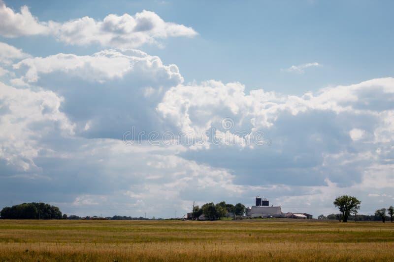 Όμορφη σκηνή μπλε ουρανού και αγροκτημάτων σιταποθηκών στο αγροτικό Ιλλινόις στοκ εικόνες