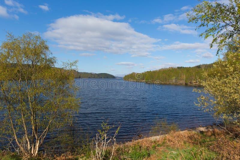 Όμορφη σκωτσέζικη λίμνη του Garry Σκωτία UK λιμνών δυτικά Invergarry στο A87 νότο του οχυρού Augustus στοκ εικόνα με δικαίωμα ελεύθερης χρήσης