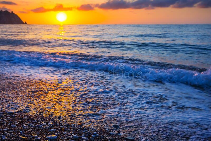 Όμορφη σμαραγδένια ακτή Μεσογείων στην ανατολή στοκ φωτογραφία