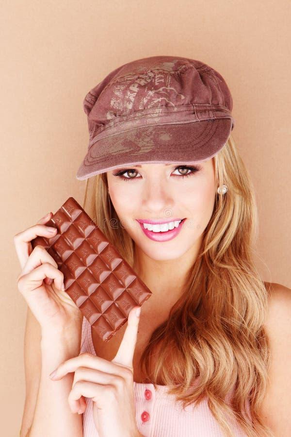 όμορφη σοκολάτα δαγκώματος στη γυναίκα στοκ εικόνες με δικαίωμα ελεύθερης χρήσης