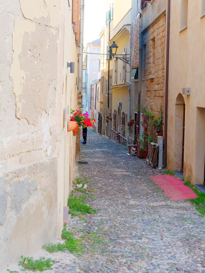 Όμορφη στενή αλέα στην παλαιά πόλη Alghero Σαρδηνία στοκ φωτογραφίες