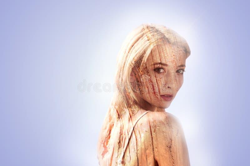 Όμορφη συμπαθητική γυναίκα που αισθάνεται την έμπνευση στοκ εικόνες