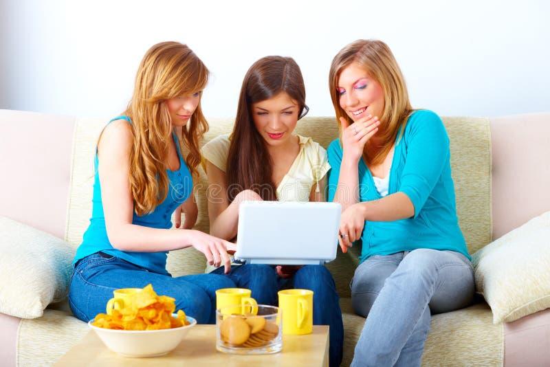 Όμορφη συνάντηση κοριτσιών στοκ φωτογραφίες με δικαίωμα ελεύθερης χρήσης