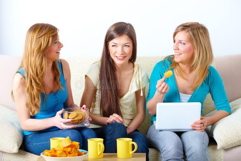 Όμορφη συνάντηση κοριτσιών στοκ εικόνες